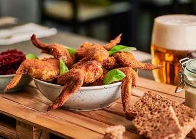 Ohnivá kuřecí křídla se salátkem